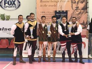 Campioni di coppia tradizionale. Da sinistra sbandieratori Chiari, Lucca e Lucera