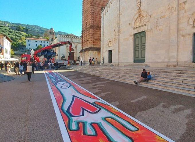 Francigena: drappo record sul Campanile dipinto dai diversamente artisti per la maratona,inaugurata anche la piastra in bronzo
