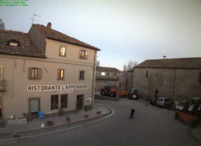 A San Pellegrino in Alpe, nel bar dove prendi il caffè in Emilia e lo paghi in Toscana