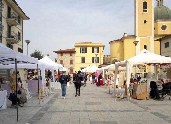 SERAVEZZA – Mercatini: sabato tornano artigianato e antiquariato in piazza Pertini