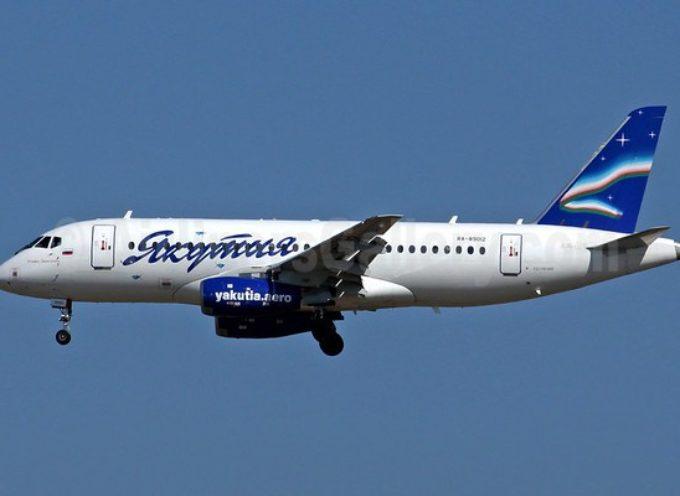Aereo Yakutia Airlines perde il carrello durante l'atterraggio planando sulla pista senza le ruote. Aereo danneggiato in modo irreparabile