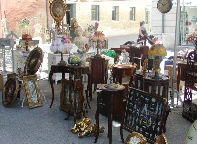 Mercatini: appuntamento sabato con antiquariato e artigianato in piazza Pertini
