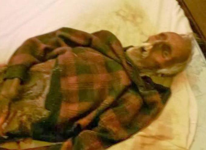 Vive per 10 anni con il corpo mummificato del padre.