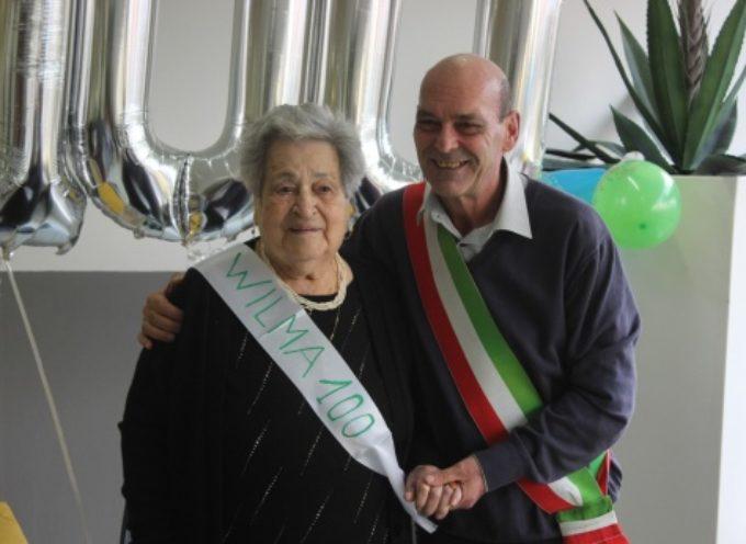 Wilma nel club dei centenari, grande festa per la sarta di Pietrasanta