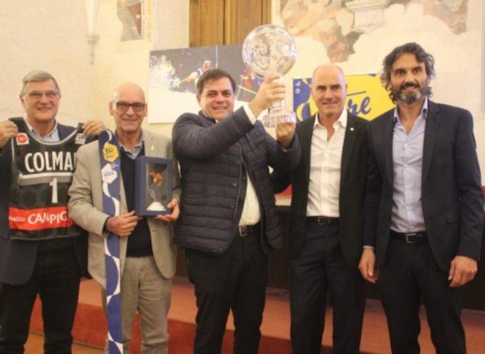 passerella a Pietrasanta per Coppa del Mondo, tutti in fila per la foto con la Sfera di Cristallo