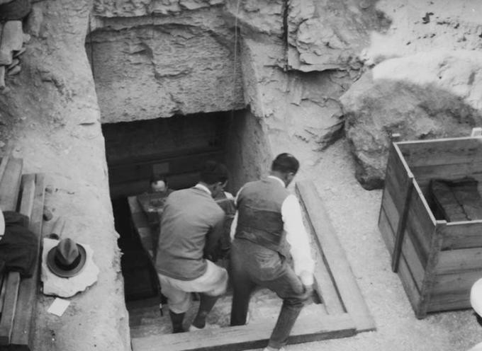 In Egitto, l'archeologo britannico Howard Carter e i suoi compagni trovano l'ingresso della tomba di Tutankhamon