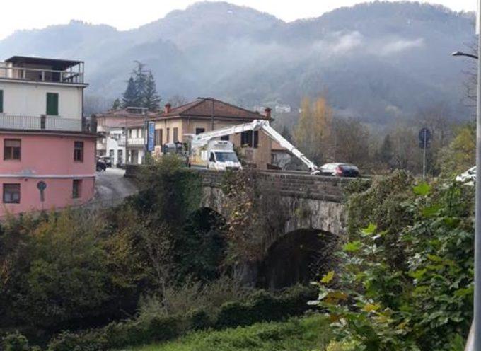 CASTELNUOVO DI GARFAGNANA – INIZIATI I LAVORI DI RIPULITURA DEL PONTE MAURO GIANNASI