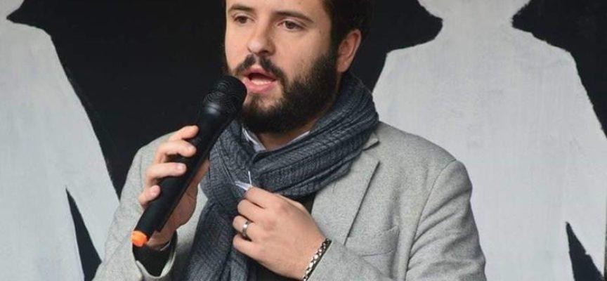Il fiocco bianco che porto sulla sciarpa è il simbolo del no alla violenza sulle donne.
