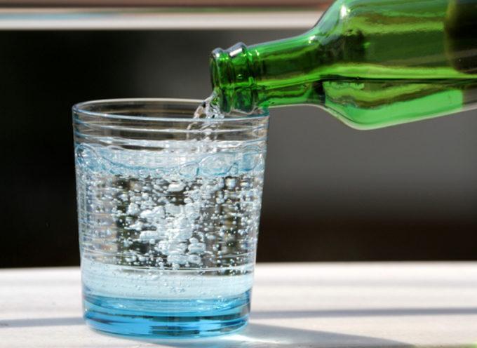 È vero che bere acqua frizzante fa male?