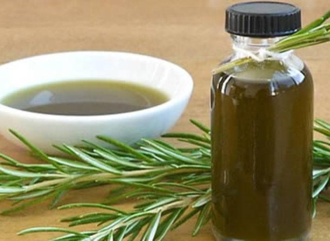 Come fare l'olio di rosmarino, e come usarlo per curare il corpo