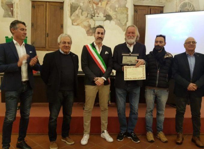 Pietrasanta –  premiato paladino mare pulito Mauro Pelaschier, l'abbraccio dei velisti della Versilia