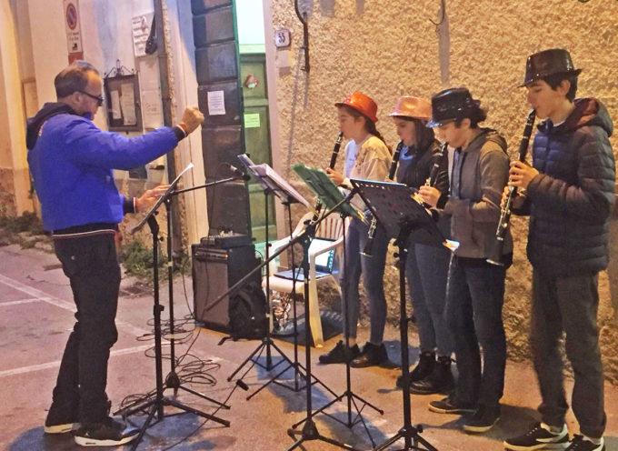 """SERAVEZZA – Natale Insieme: successo per l'esibizione musicale del gruppo clarinetti della scuola media """"Enrico Pea"""" a Pozzi"""