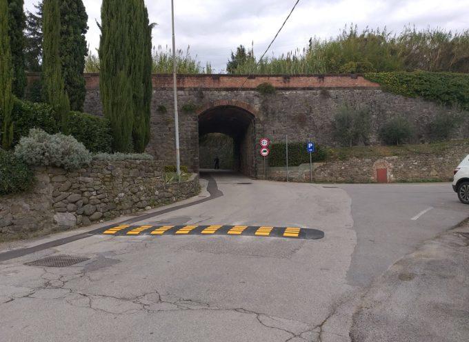 il primo dosso per far rallentare le macchine che entrano in Borgo dalle piscine.