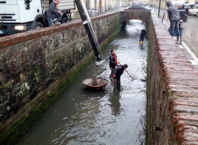 lucca – Pubblico Condotto, in corso l'ultima parte degli interventi: si pulisce il fondale del tratto di Città