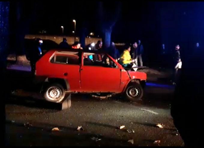 In auto contro un platano sulla circonvallazione, feriti due giovani
