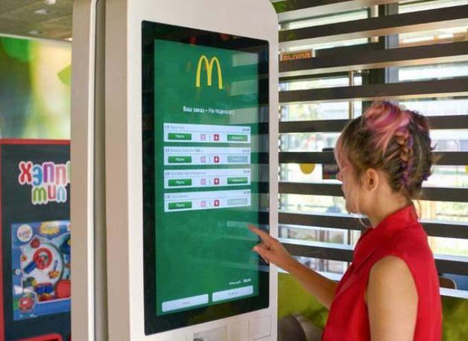 Dopo aver letto questo, non toccherai più i touchscreen nei McDonald's: trovati batteri e residui di feci