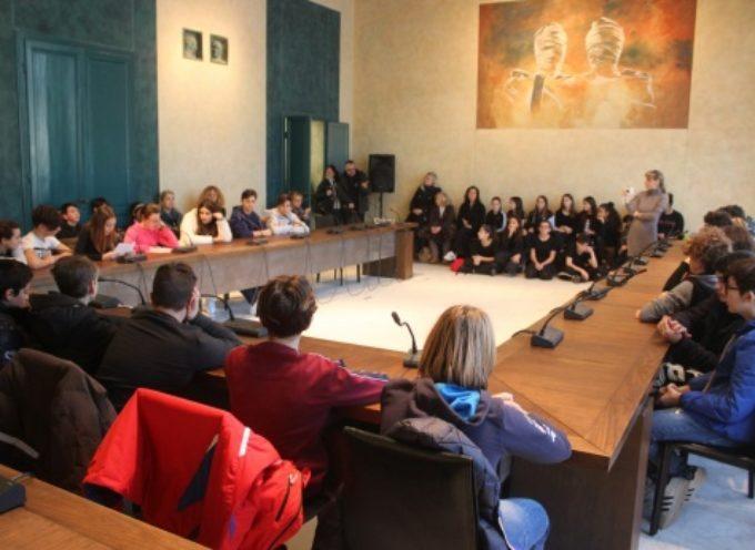 Giorno della Memoria: studenti-attori commuovo consiglio comunale, da Anna Frank a La Vita è Bella