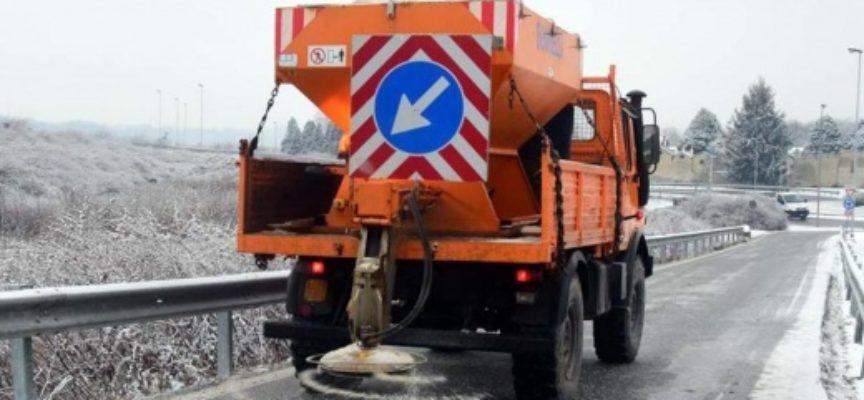 PIETRASANTA – Viabilità: pericolo ghiaccio, in azione spargisale nelle frazioni collinari