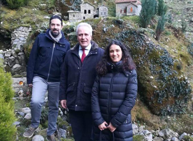 Il presidente del Consiglio regionale della Toscana, Eugenio Giani, in visita ai presepi a  Pescaglia.