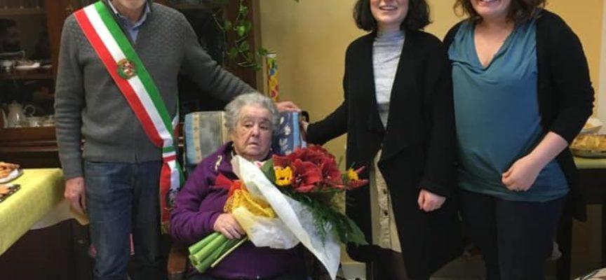 BAGNI DI LUCCA – il Sindaco Michelini ha omaggiato con dei fiori la signora Dina Togneri che giovedì scorso ha compiuto 100 anni.