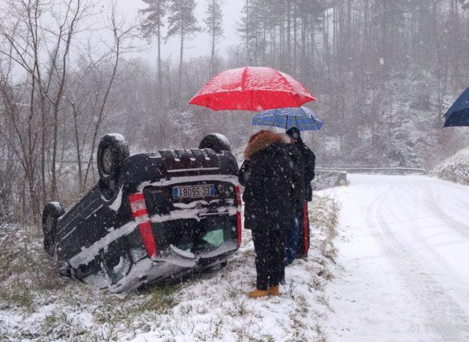 Auto sbanda sulla neve e si capovolge, illesi gli occupanti