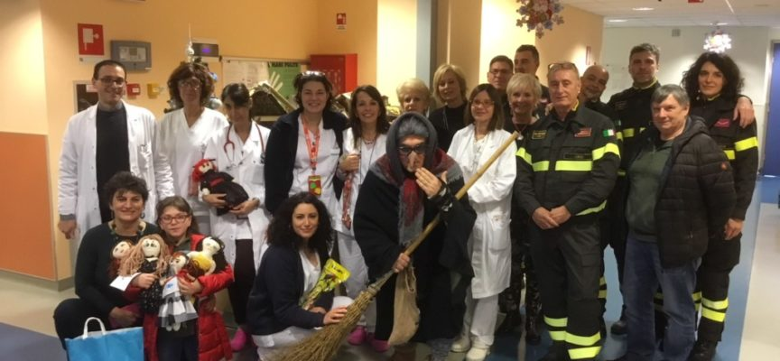LUCCA – La Befana dei pompieri fa visita ai bambini ricoverati