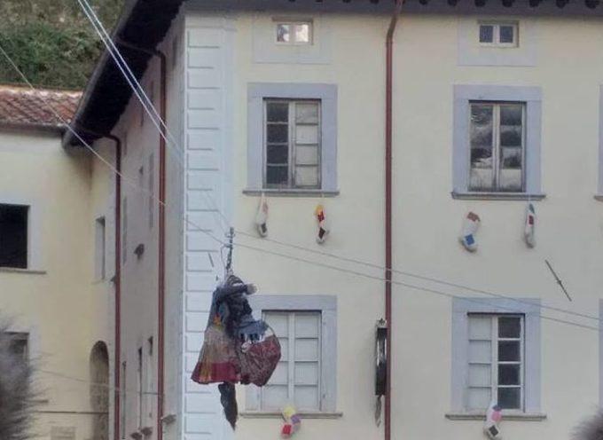 La Befana Volante di Seravezza fa il pieno in piazza Carducci