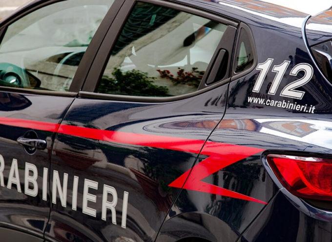 Strangola il figlio adottivo con il cavo del pc, poi chiama i Carabinieri