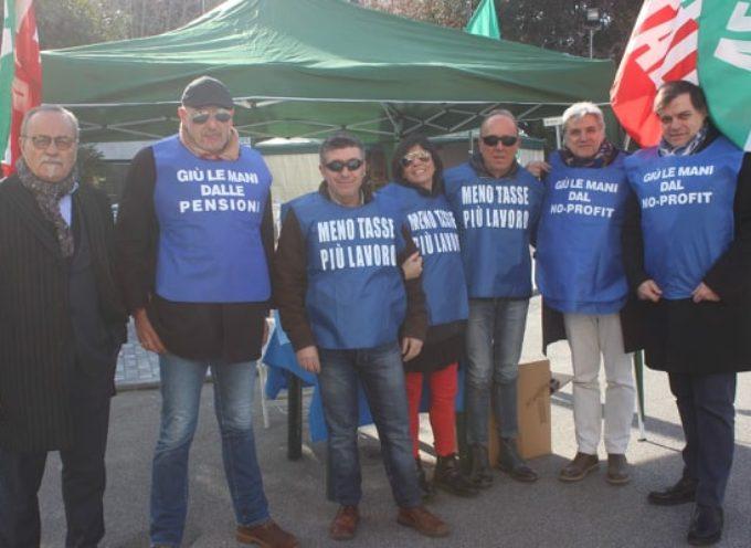 Tonfano: gazebo davanti al Caffè Margherita per festeggiare i 25 anni di Forza Italia