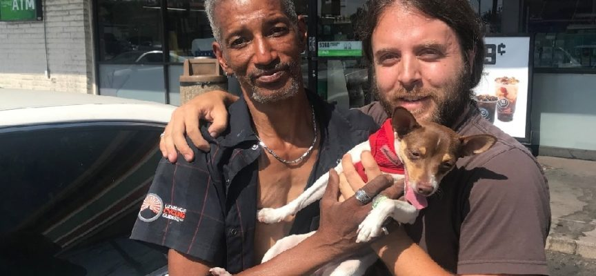 Un senzatetto restituisce il cane perduto senza chiedere nulla in cambio e il suo gesto commuove tutti