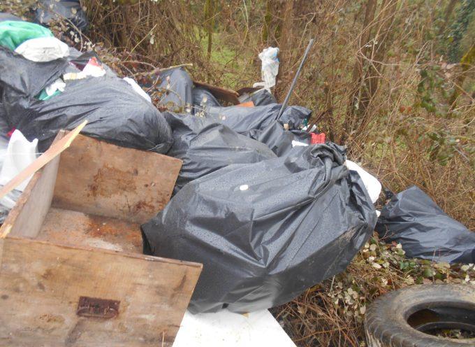 Scaricati abusivamente sacchi di rifiuti lungo una strada comunale  a  Coreglia Antelminelli
