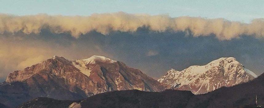 Enorme tsunami incombe sulle Apuane….ma si tratta di un´illusione ottica!