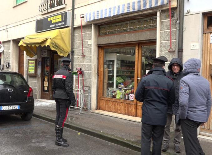 Due spaccate in centro di prima mattina: ferito un commerciante