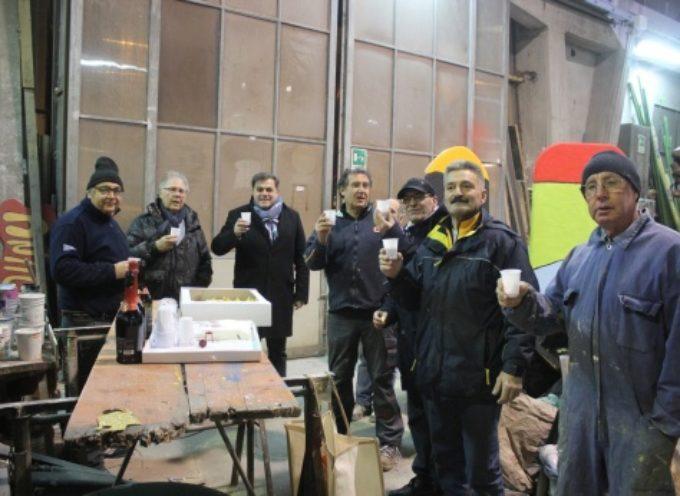 Carnevale: sindaco in visita agli hangar Mattonaia, e l'assessore porta straccetti e vino