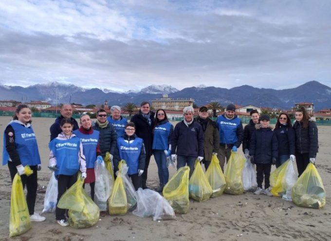 oltre 500 kg  di plastica portati dalle mareggiate sono stati raccolti dai volontari Fare Verde,  sulla spiaggia di Tonfano