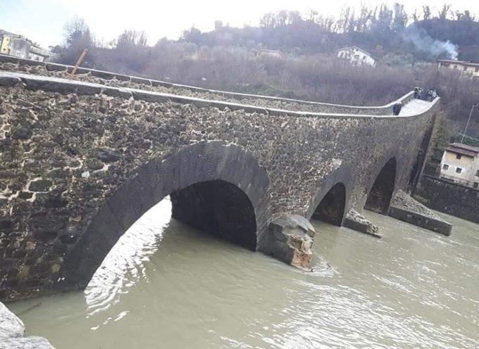 il ponte del diavolo ferito dalla piena del fiume