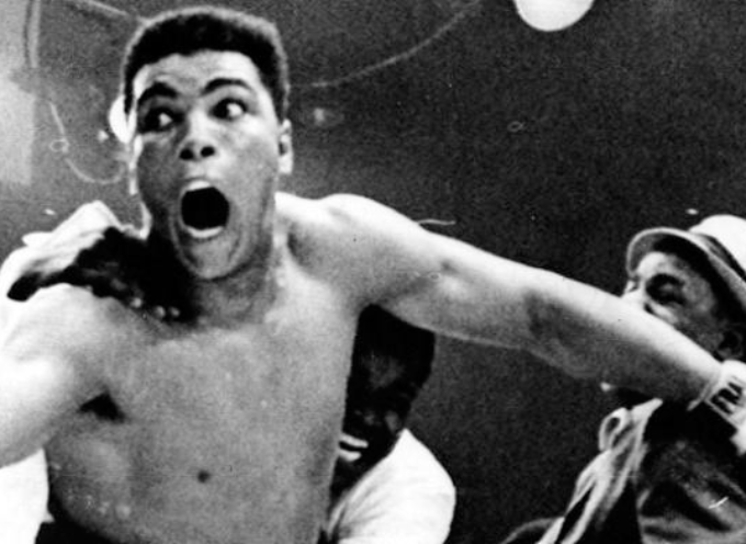 25 febbraio 1964. A soli 22 anni, e contro ogni prognostico, Cassius Clay vince a Miami il titolo di campione mondiale dei pesi massimi,