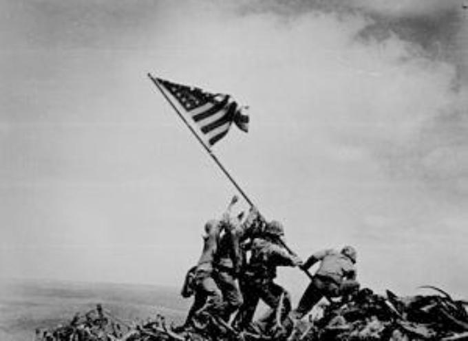 accaddeoggi il 23 febbraio 1945 è scattata la celebre fotografia di Joe Rosenthal della Associated Press, al termine della battaglia di Iwo Jima