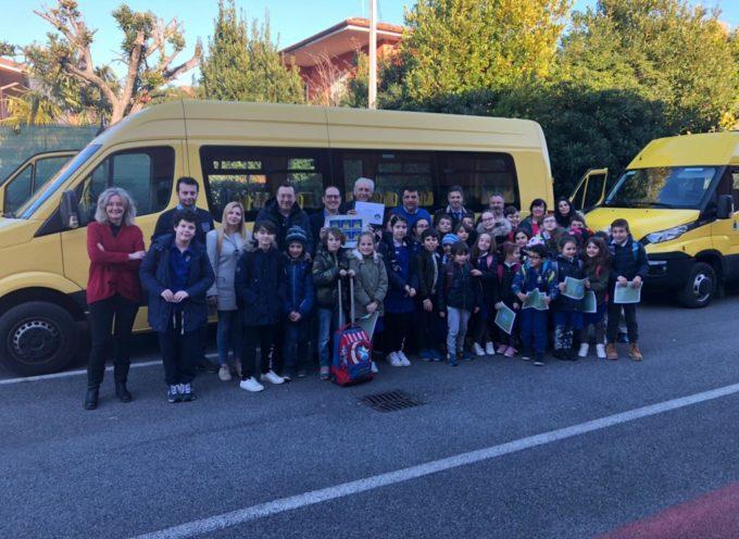 Cinture sugli scuolabus e mezzi nuovi: l'Aci premia Seravezza