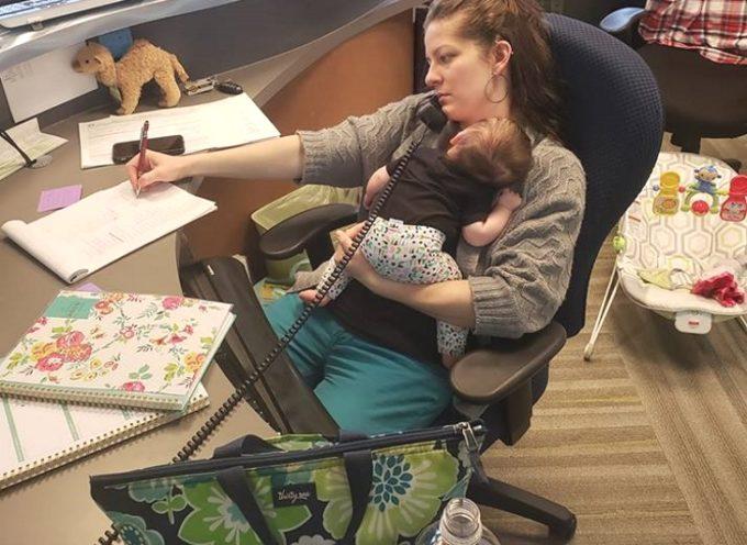 Una mamma porta la figlia neonata a lavoro: il capo le scatta una foto