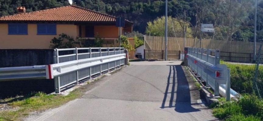 PIETRASANTA – Sicurezza: nuovi guard-rail in acciaio per il ponticello tra via Padule-via Arno