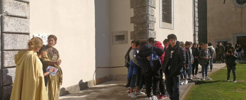 """Scambi culturali: gli studenti di Cerreto Guidi in visita ieri a Palazzo Mediceo accolti dagli allievi della """"Pea"""""""