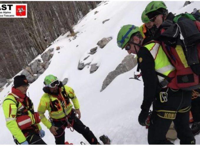 Il Soccorso Alpino Toscano è intervenuto sulla Pania della Croce per soccorrere un escursionista precipitato su di un pendio ghiacciato