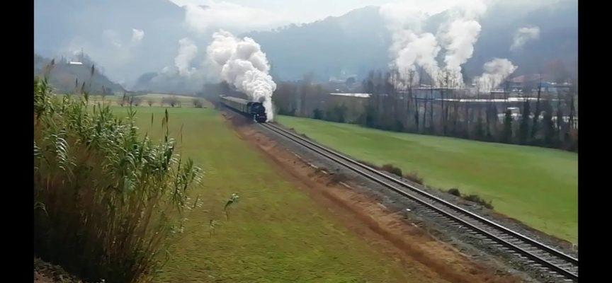 Il treno a Vapore attraversa la Val Fegana ,  Bagni di Lucca