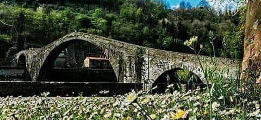 Il Ponte del Diavolo a primavera, a  Borgo a Mozzano..
