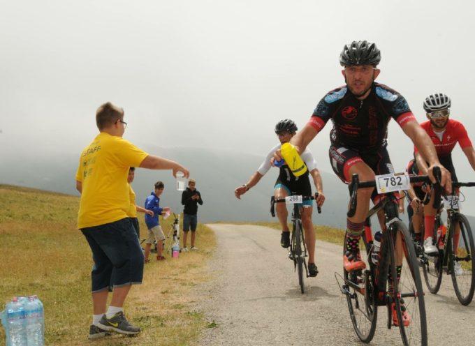 Ciclismo, l'UCI vieta il lancio di borracce: multe a tutti i trasgressori. Addio cimeli per gli appassionati
