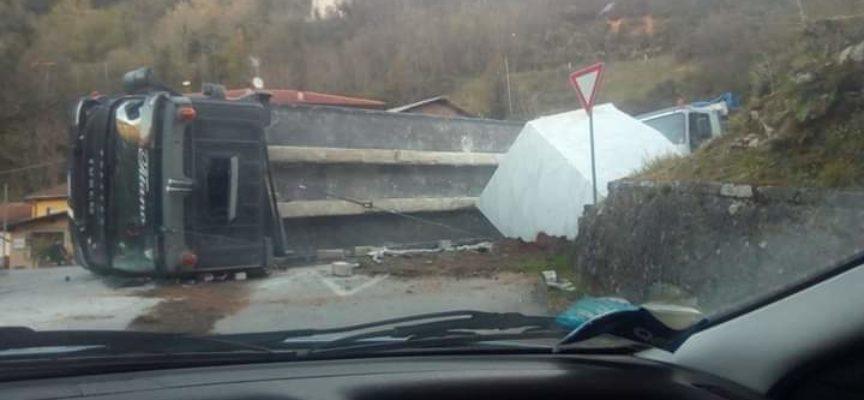 MARIO PUGLIA – Oggi ho letto molti commenti deliranti a riguardo dell'incidente accaduto in località la Risvolta dove un camion adibito a trasporto di blocchi si è ribaltato.