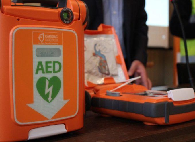 50enne si sente male al bar; salvato da defibrillatore e angeli del cuore