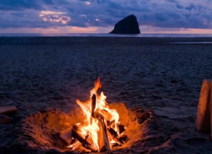 Ustionato dal falò sulla spiaggia? Il Comune paga i danni perché non ha rimosso le braci ardenti nascoste sotto la sabbia.