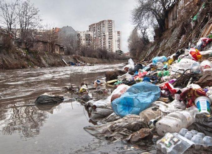 Pesticidi, plastica e inquinamento chimico: i nostri fiumi stanno soffocando (e scomparendo)